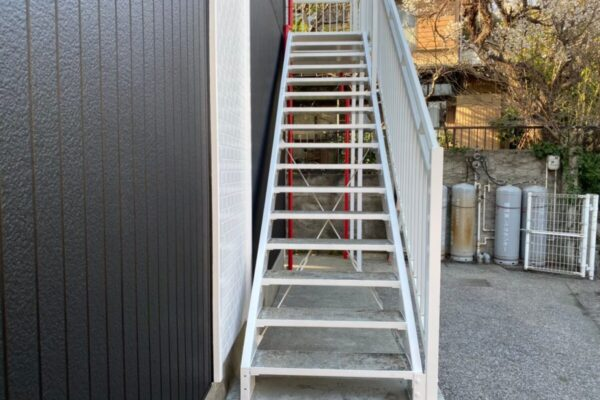 階段の塗装の画像